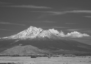 Mt Shasta - I-5沿いより-5724-BW